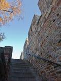 在Kalemegdan堡垒的楼梯在一晴朗的秋天天在贝尔格莱德 免版税库存图片