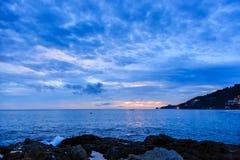 在Kalim海滩,普吉岛,泰国的美好的日落 免版税库存图片