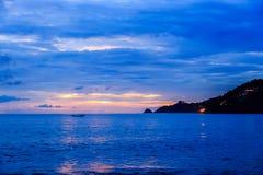在Kalim海滩,普吉岛,泰国的美好的日落 图库摄影