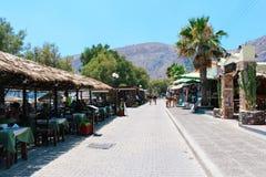 在Kamari海滩,圣托里尼,希腊的餐馆大阳台 库存照片