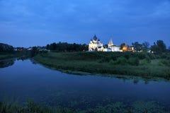在Kamenka河和苏兹达尔克里姆林宫的微明在夏天 免版税库存图片