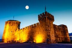 在Kamerlengo之上中世纪城堡的满月  免版税库存照片