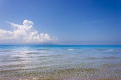 在Kaminia海滩前面的海在Kefalonia 免版税库存照片