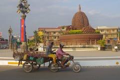 在Kampot的留连果环形交通枢纽 免版税库存照片