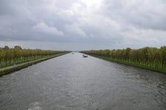 在Kanaaldijk的黑暗的云彩荷兰 库存图片