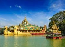 在Kandawgyi湖,仰光,缅甸的Karaweik驳船 库存图片