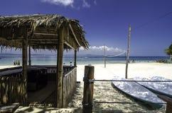 在Kapas海岛,马来西亚的美好的热带seaview 竹小屋和皮船 白色沙滩和清楚的水与蓝天 库存图片