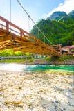 在Kappa Bashi桥梁低角度v下的Kamikochi 免版税库存图片