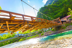 在KappaBashi桥梁低角度H下的Kamikochi 库存照片
