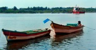 在karaikal海滩停放的大和小船 图库摄影