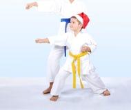 在karategi的孩子打拳打胳膊 库存照片