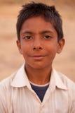 在Karauli附近的微笑的印第安男孩在印度 库存图片