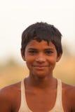 在Karauli附近的微笑的印第安男孩在印度 免版税库存图片