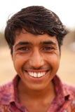 在Karauli附近的愉快的印第安男孩在印度 免版税库存照片