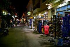 在Kardamaina Kos海岛夜视图的旅游街道 库存图片