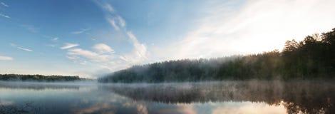在Karelia湖的日出薄雾 俄国 风景 图库摄影