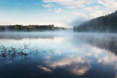 在Karelia湖的日出薄雾 俄国 风景 库存照片