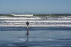 在Karioitahi海滩新西兰的Surfcasting 免版税库存图片
