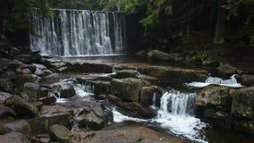 在Karkonosze山的狂放的瀑布 股票录像