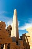 在Karnak寺庙的一块参天的古老方尖碑 库存照片