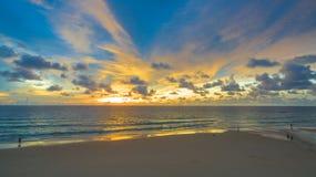 在Karon海滩中间的日落 免版税库存照片