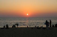 在Karon海滩和游人的日落 库存图片