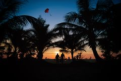 在Karon海滩普吉岛泰国的日落 免版税库存照片