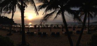 在Karon海滩的日落在普吉岛泰国 免版税库存照片