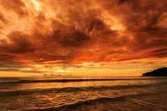 在Karon海滩,普吉岛,泰国的剧烈的日落 免版税库存图片
