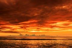 在Karon海滩,普吉岛,泰国的剧烈的日落 免版税图库摄影