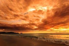 在Karon海滩,普吉岛,泰国的剧烈的日落 免版税库存照片