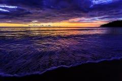 在Karon海滩,普吉岛,泰国的剧烈的日落 图库摄影