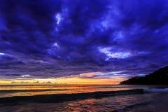 在Karon海滩,普吉岛,泰国的剧烈的日落 库存图片