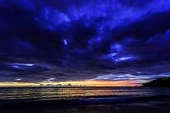 在Karon海滩,普吉岛,泰国的剧烈的日落 库存照片