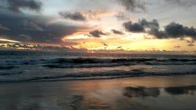 在Karon海滩,普吉岛,泰国的日落 免版税库存照片