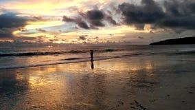 在Karon海滩,普吉岛,泰国的日落 库存图片