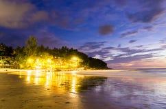 在Karon海滩旅馆下光  库存照片