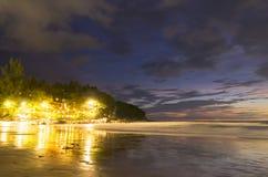 在Karon海滩旅馆下光  免版税库存照片