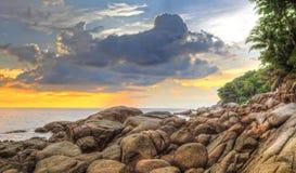 在Karon海滩的日落 免版税图库摄影
