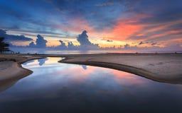 在Karon海滩的美好的日落在普吉岛 免版税库存图片