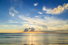 在Karon海滩的美好的日落在普吉岛 库存照片
