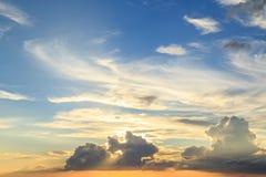 在Karon海滩的美好的日落在普吉岛 图库摄影