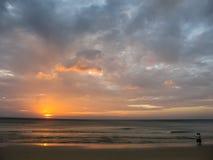 在Karon海滩,普吉岛,泰国的日落 库存照片