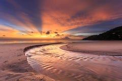 在Karon海滩,普吉岛,泰国的美好的日落 库存照片