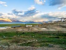 在Karzok村庄附近的Tso Moriri湖有美丽的山和彩虹的 免版税库存照片