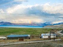 在Karzok村庄附近的Tso Moriri湖有美丽的山和彩虹的 免版税库存图片