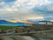 在Karzok村庄附近的Tso Moriri湖有美丽的山和彩虹的 库存图片