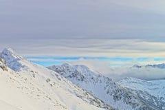 在Kasprowy扎科帕内Wierch的云彩在Tatra在winte登上 图库摄影