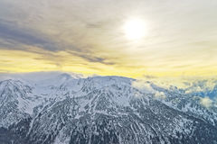 在Kasprowy Wierch峰顶的日落在扎科帕内在Tatras在冬天 库存照片
