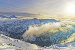在Kasprowy Wierch的日落在扎科帕内在Tatra在胜利登上 库存图片